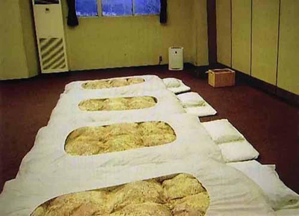 【山梨県富士河口湖】老舗旅館が外国人観光客を会議室に泊めた?