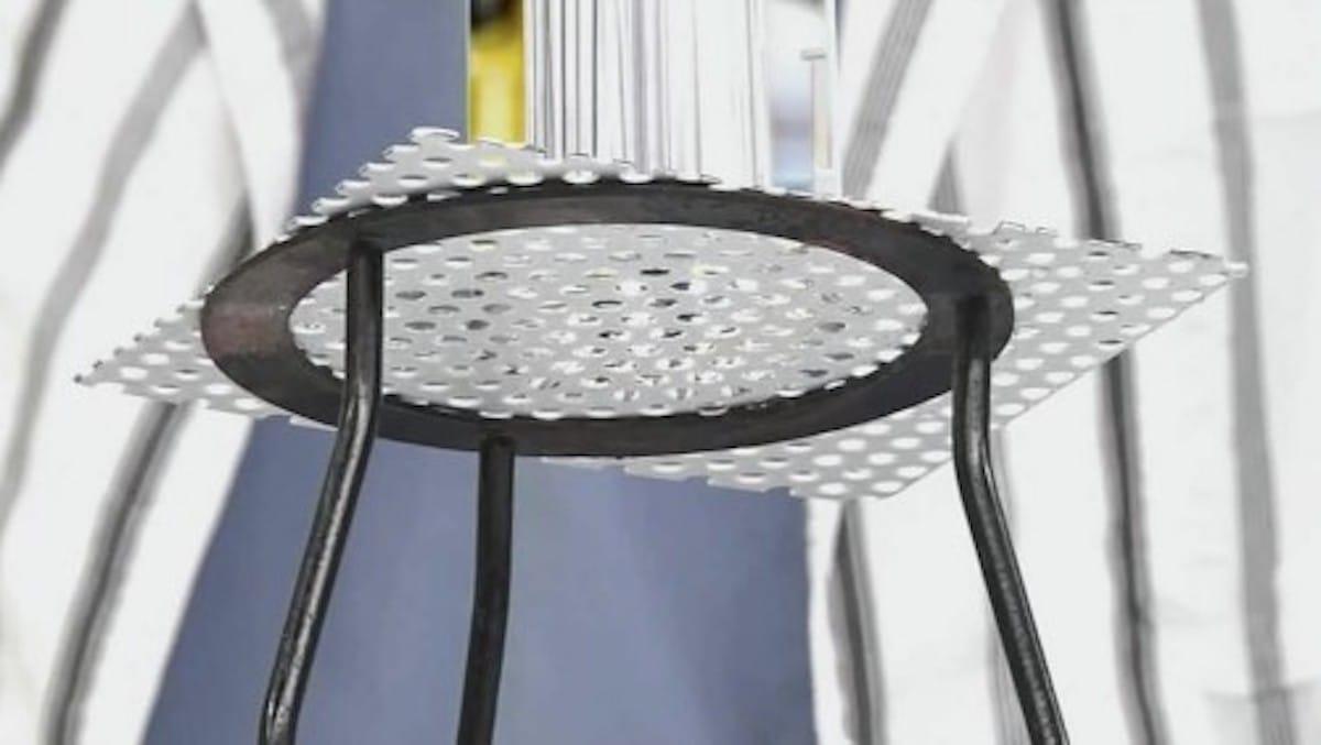 たくさん開いた穴から水がこぼれない理由:でんじろうのTHE実験【2020/05/22】