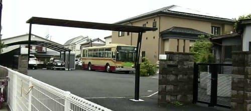 敷地にバス